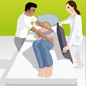 Umlagerung mit Hilfe einer Gleitmatte durch 2Pflegekräfte_Bild1
