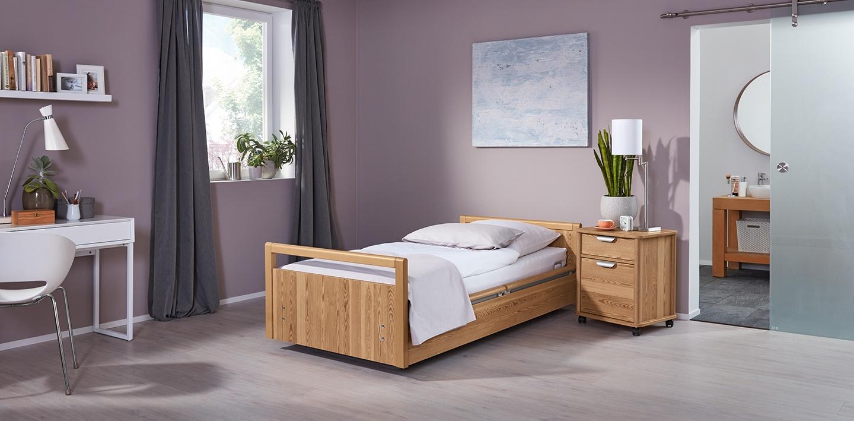 Funktionales Pflegebett aus Holz in stilvoll eingerichtetem Zimmer
