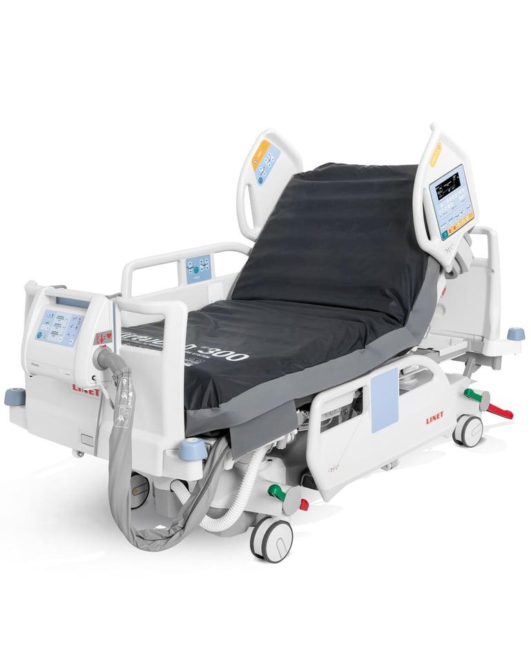 Hochfunktionales Intensivbett mit Bedienelementen in Seitensicherung, mit Matratzenschutzbezug und Luftschlauch am Fussende