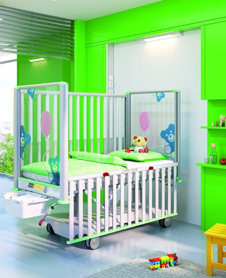 Voll elektrisch verstellbares modernes Kleinkinderbett in Grün mit Rundumsicherung. Bedienelement und ausgefahrene Bettzeugablage am Fussende