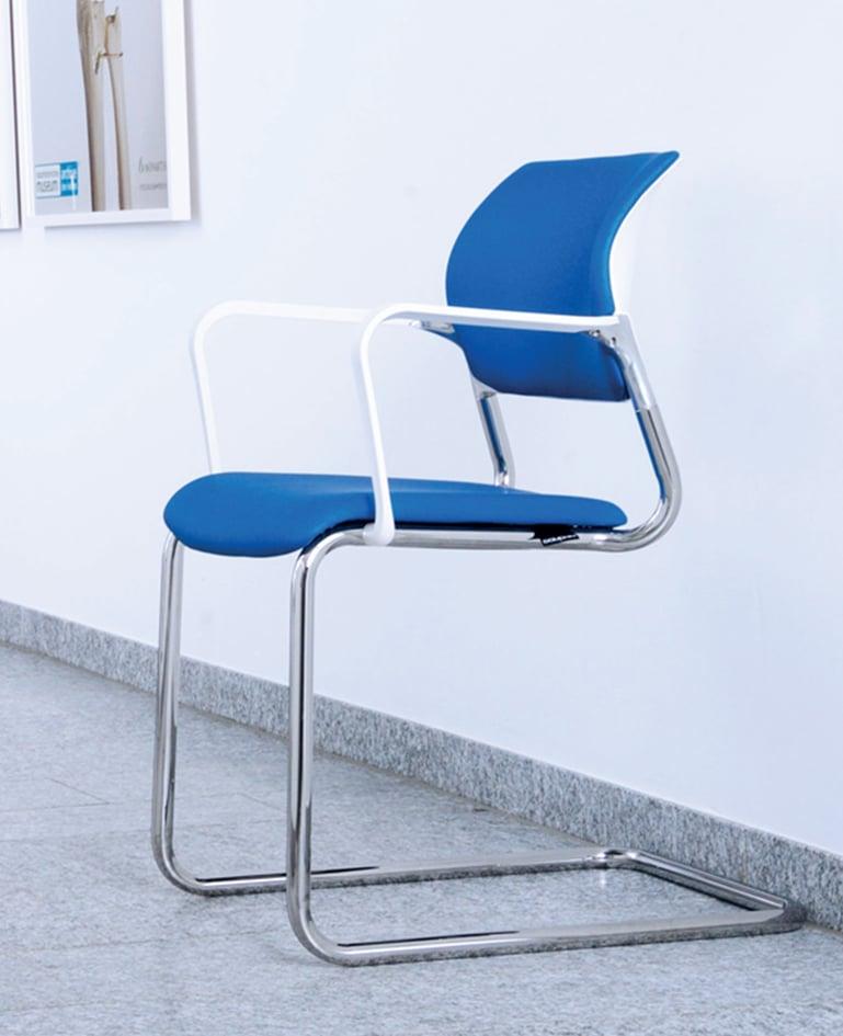 Verchromter Wartezimmerstuhl mit antibakterieller Sitzfläche und Rückenlehne