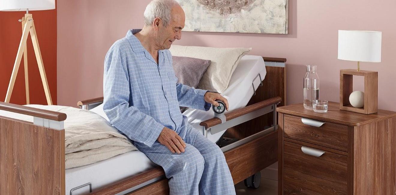 Ein Mann im höheren Alter auf einem Bigla Safelift Produkt