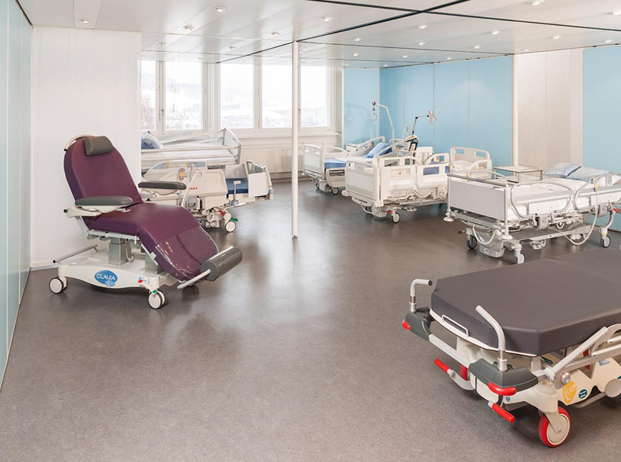 Verschiedene Spital- und Behandlungsstühle und –betten