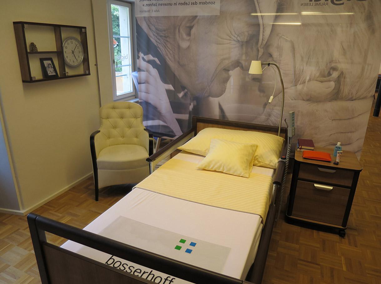 Ausstellungsraum in Effretikon in ganzer Länge, Stühle, Sessel, Polstergruppen und Schauregal mit Stuhlmodellen
