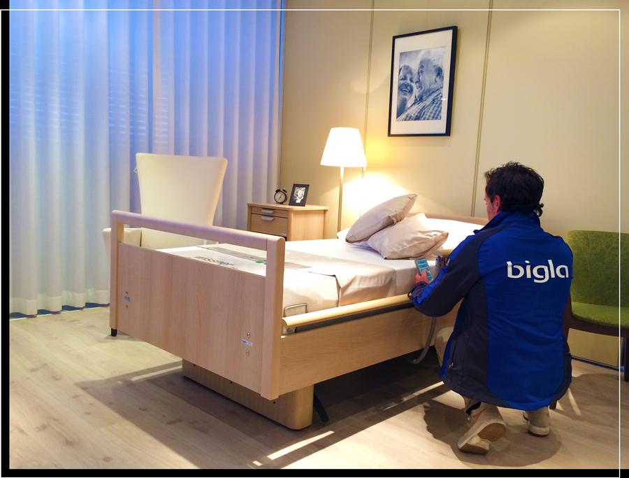 Bigla-Mitarbeiter richtet die Bettbedienung am Bett ein
