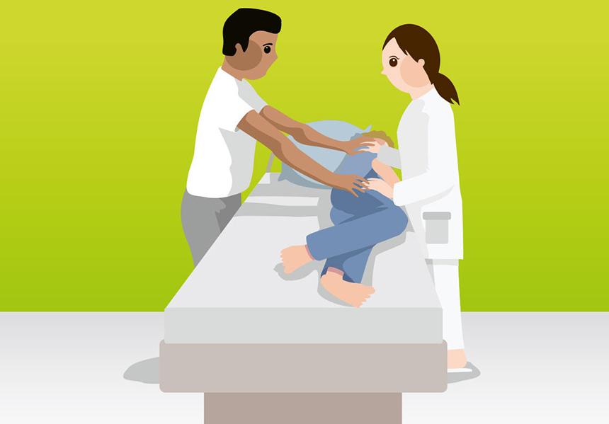 Titelbild_Umlagerung-des-Bewohners-mit-zwei-Pflegekräften